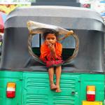Une enfant sur un tuk-tuk