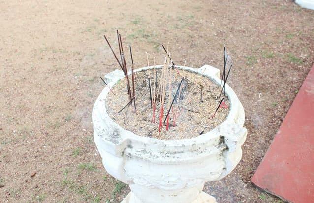 Encens au temple Sri Lanka
