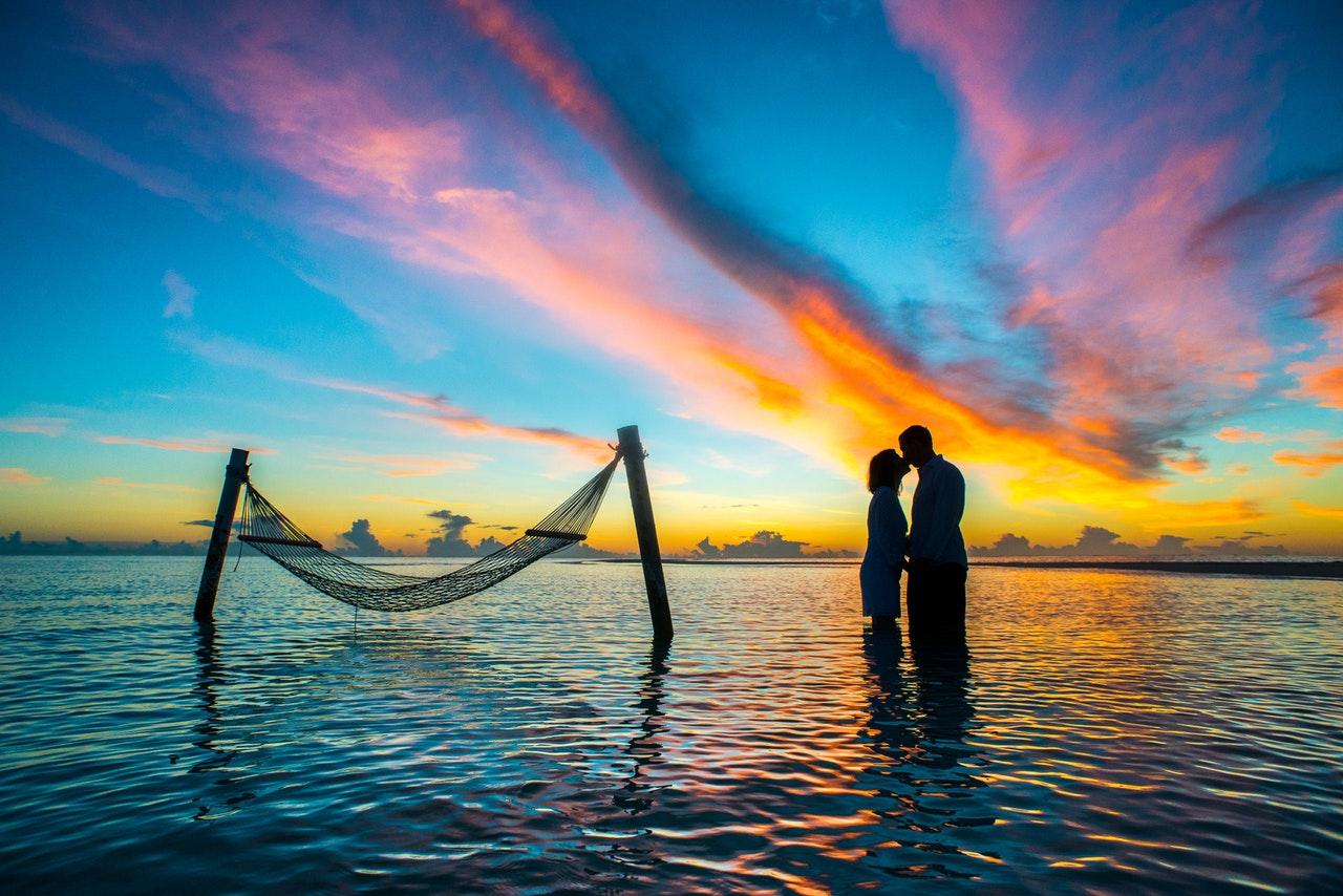 affair-anniversary-beach-couple-1024982